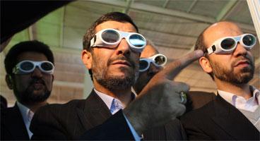 Ahmadineyad desafía a la comunidad internacional. (Foto: AFP / ATTA KENARE/El Periódico)